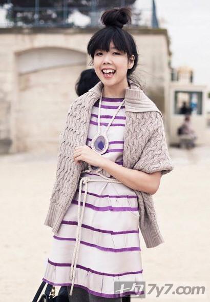 稍稍有点可爱风格的紫色边边连衣裙,配上淑女的毛衣开衫,真是可爱