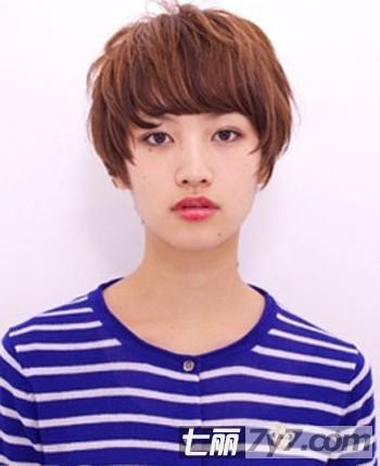 超短的齐刘海短发非常的中性化,涂上今年超流行的烈焰红唇又增加一丝