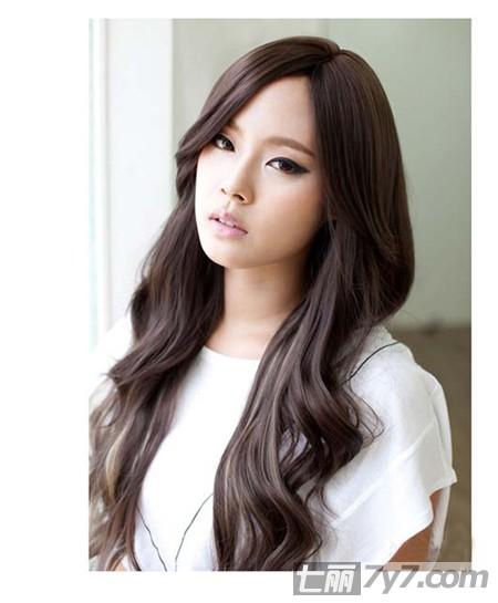 2012中分发型迅速瘦脸小编点评:韩式风格的中分微卷长发,温婉气图片