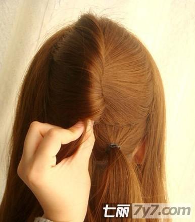 导读:长发美女,有时不想一直散下来,那就把头发扎起来吧!怎样又简单又能把自己弄得美美的呢?小编为你带来韩式长发发型扎法步骤教程,轻松打造甜美公主风。 韩式长发发型扎法步骤教程 轻松打造甜美公主风 步骤一:先把头发散下来,用梳子把头发梳顺,待用。 韩式长发发型扎法步骤教程 轻松打造甜美公主风 步骤二:现在我们就先把头发分区,把头发分成四个部分,前面两边各分两束,后面剩下的分成上下两束,把上面的一份用夹子夹好。 韩式长发发型扎法步骤教程 轻松打造甜美公主风 步骤三:把脑后剩下的头发,用皮筋扎一个小辫子,分为两