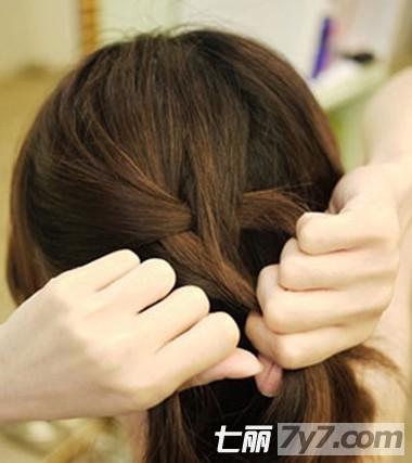 继续重复上步骤的编发方法,编至发尾处用皮筋固定好.