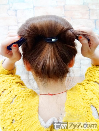 可爱韩式丸子头的扎法图解