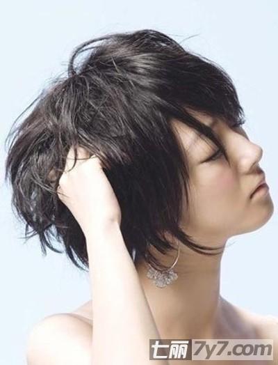 2013女生黑色修颜短发发型