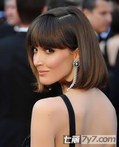 罗斯·拜恩这款三七分波波头短发发型的绝妙之处在于