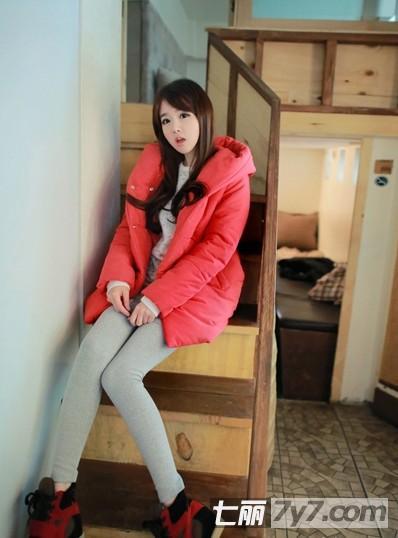 糖果色棉衣+小脚裤 矮个子女生冬季显高搭配