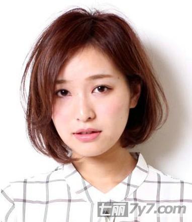 这款斜刘海短发发型,利用大侧分斜刘海的形式,很好的遮挡住脸型的一半