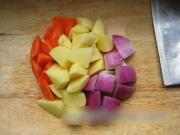 土豆,胡萝卜,牛奶去皮,洗净,切成歌曲块.洋葱歌滚刀图片